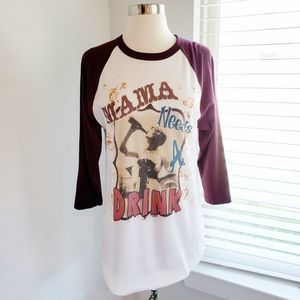 "Graphic Henley Tee Vintage ""Mama Needs a Drink"" S"